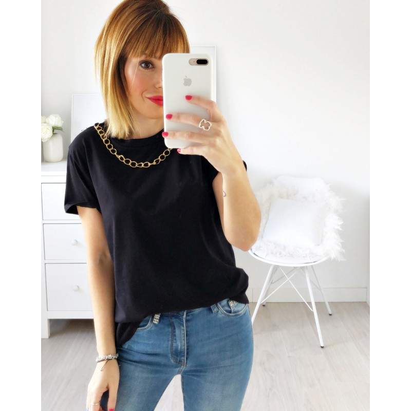 Camiseta negra cadena dorada
